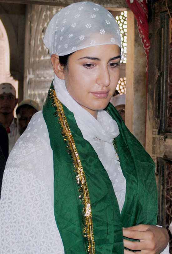 Fatehpur Sikri: Actress Katrina Kaif after paying obeisance at the shrine of Hazarat Saleem Chishti at Fatehpur Sikri on Thursday. PTI Photo(PTI7_18_2013_000016B)