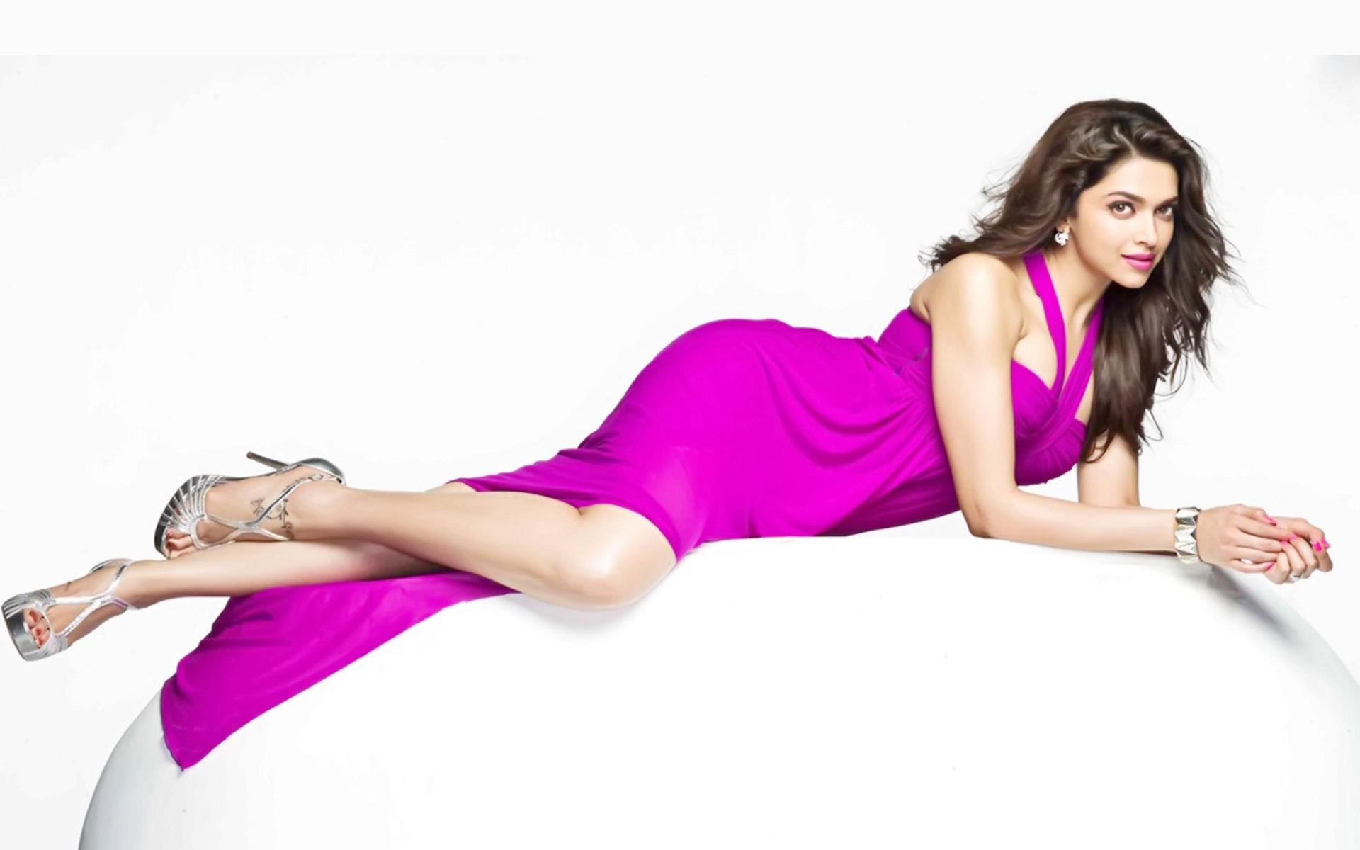Deepika-Padukone-pink-dress-hot-photos
