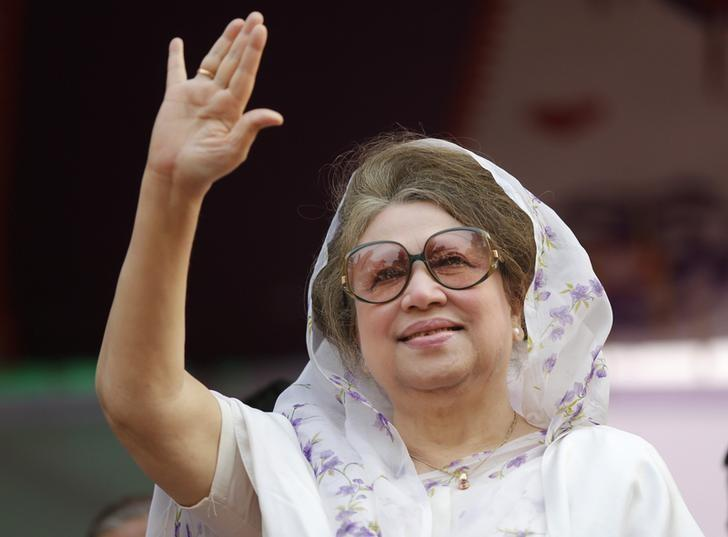 Bangladesh Nationalist Party (BNP) Chairperson Begum Khaleda Zia waves to activists as she arrives for a rally in Dhaka January 20, 2014. REUTERS/Andrew Biraj/Files