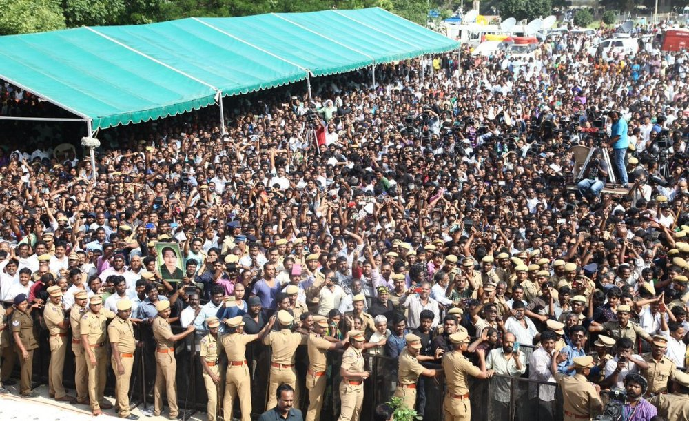in-pictures-lakhs-of-supporters-throng-to-rajaji-hall-to-pay-homage-to-jayalalithaa-4
