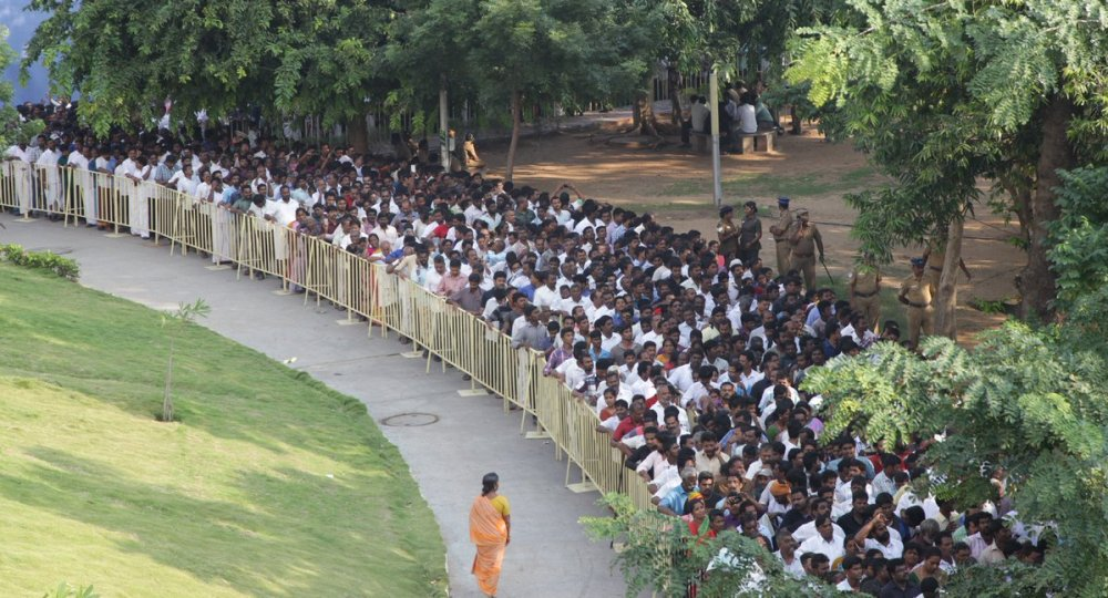 in-pictures-lakhs-of-supporters-throng-to-rajaji-hall-to-pay-homage-to-jayalalithaa-5